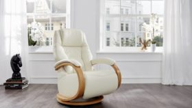 himolla Mersey Recliner in pale cream leather with curved wooden arm detailing, shown in a living room setting.